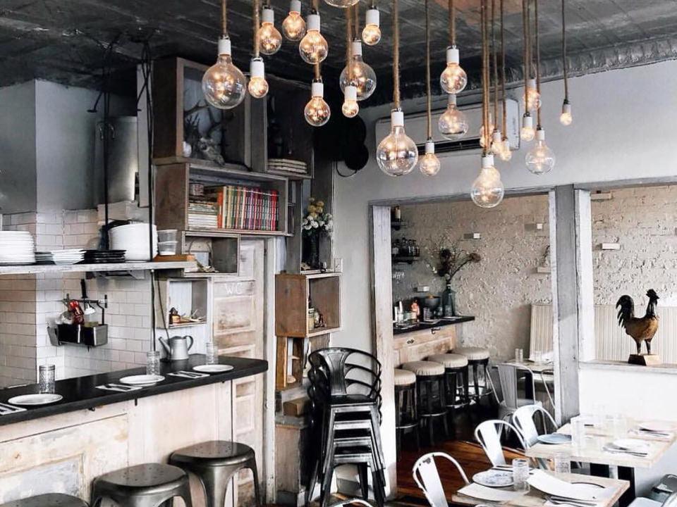 restaurant intérieur du restaurant blanc et neutre contemporain root n bone new york new york états unis ulocal produits locaux achat local produits du terroir locavore touriste