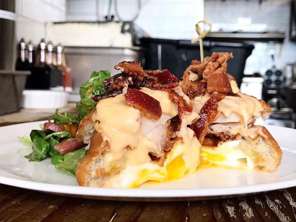 restaurant gaufres fourrées aux œufs poulet frit sauce au fromage et bacon root n bone new york new york états unis ulocal produits locaux achat local produits du terroir locavore touriste