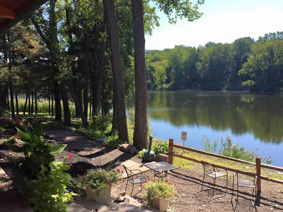 vignoble magnifique lac dans la nature avec patio et tables spring lake winery lockport new york états unis ulocal produits locaux achat local produits du terroir locavore touriste