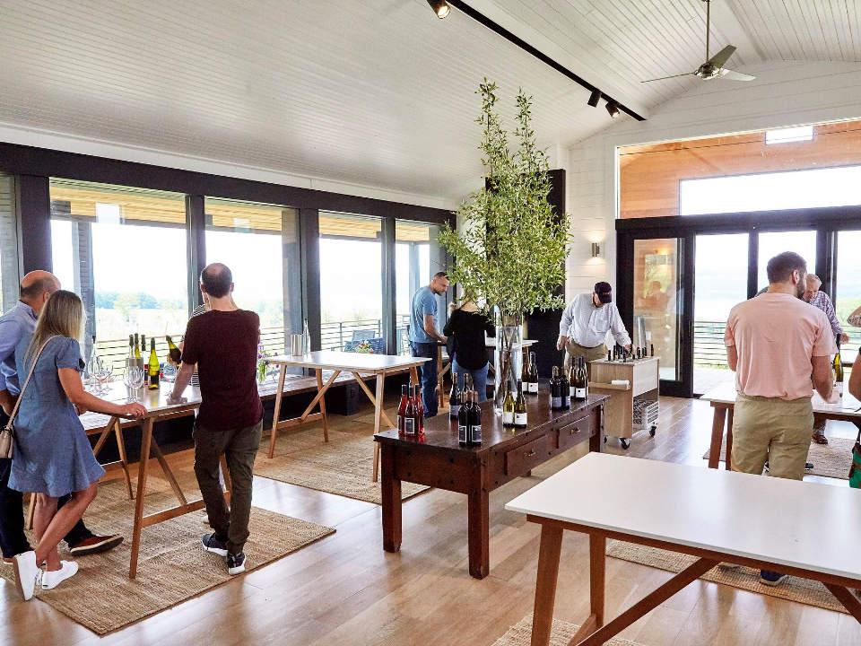 vignoble salle de dégustation moderne avec clients et superbe vue sur le vignoble standing stone vineyards hector new york états unis ulocal produits locaux achat local produits du terroir locavore touriste