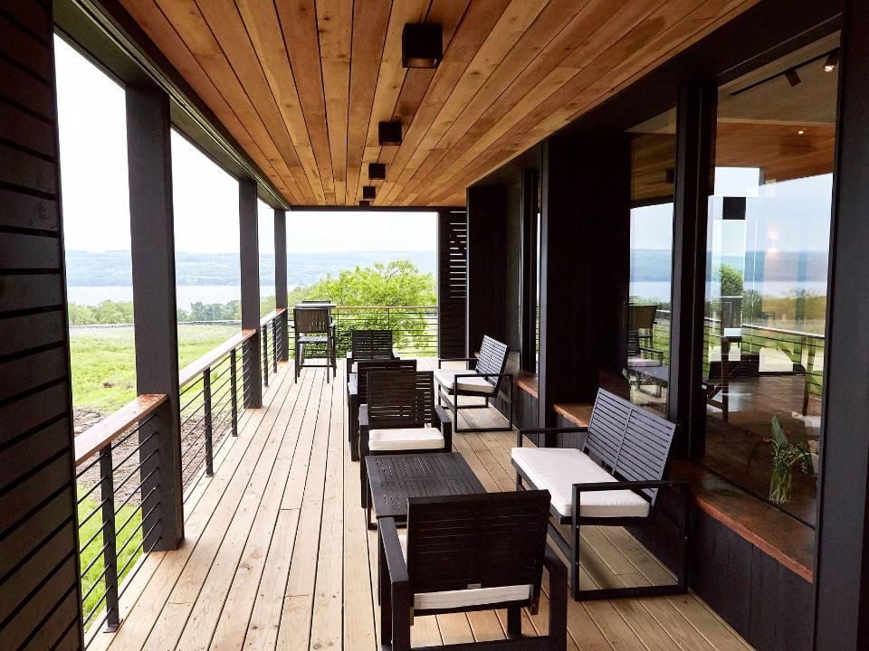 vignoble belle terrasse en hauteur avec vue sur le vignoble standing stone vineyards hector new york états unis ulocal produits locaux achat local produits du terroir locavore touriste