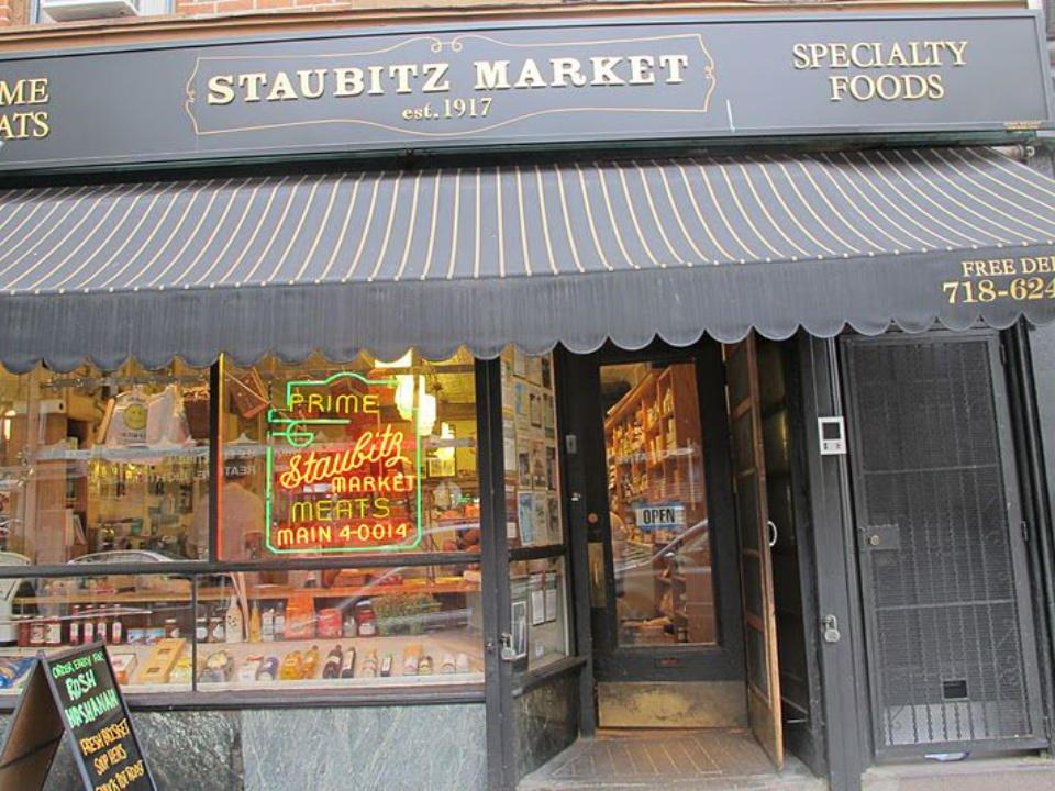 boucherie façade extérieure avec enseigne de la boucherie staubitz market brooklyn york états unis ulocal produits locaux achat local produits du terroir locavore touriste