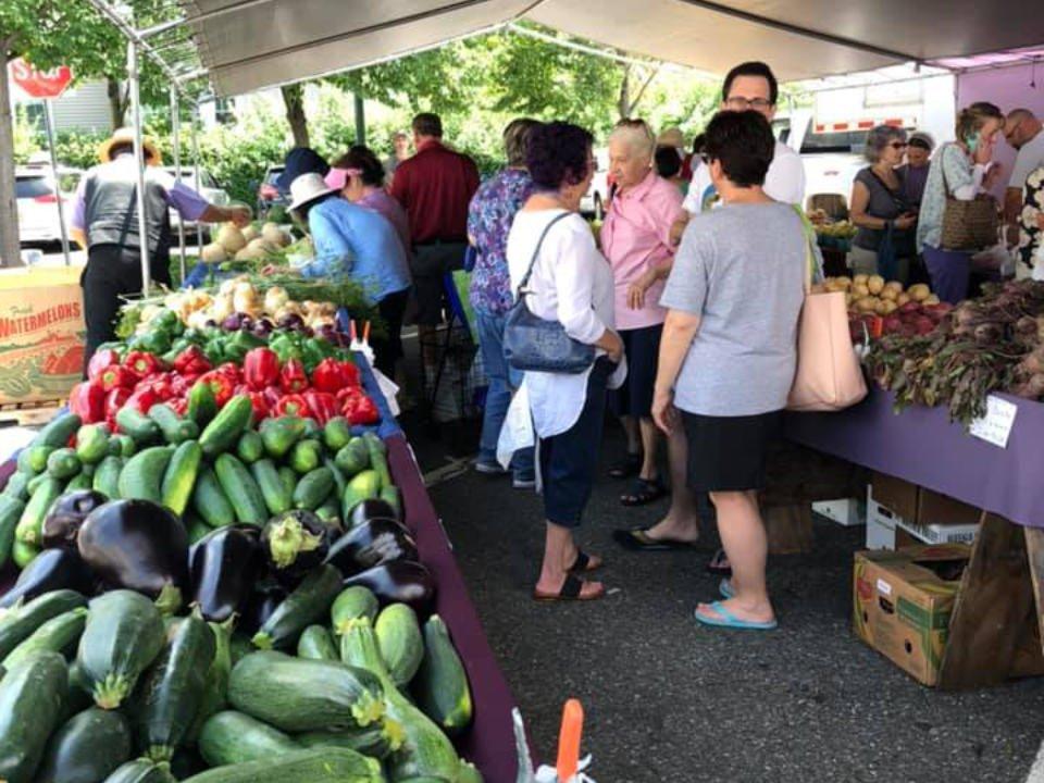 marché public journée animée au marché avec clients au kiosque de fruits et légumes teaneck farmers market teaneck new jersey états unis ulocal produits locaux achat local produits du terroir locavore touriste