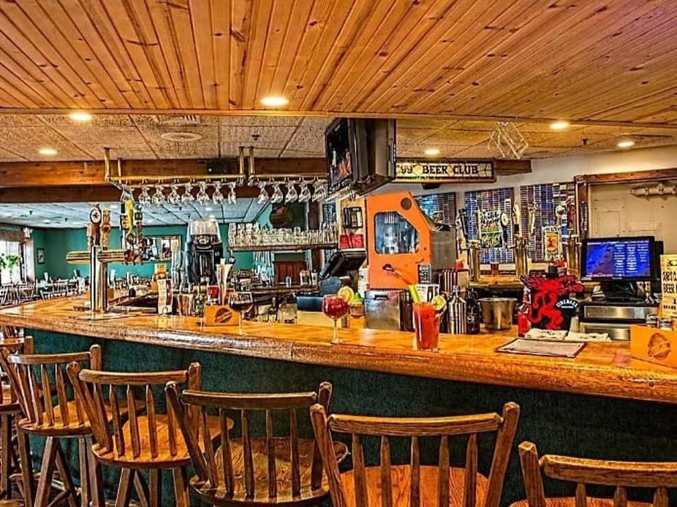 restaurant intérieur du restaurant pub avec beaucoup de boiseries the crabs claw inn lavallette new jersey états unis ulocal produits locaux achat local produits du terroir locavore touriste