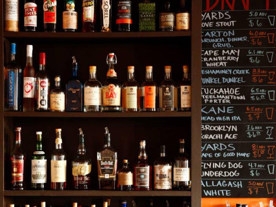 restaurant tablettes de bouteilles de boisson local avec un tableau à craie sur le côté the farm and fisherman tavern cherry hill new jersey états unis ulocal produits locaux achat local produits du terroir locavore touriste