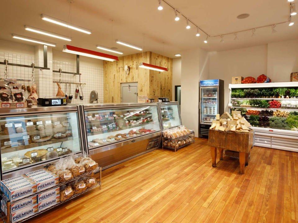 boucherie intérieur de la boucherie avec grand comptoir réfrigéré de viandes avec réfrigérateur de fruits et légumes the meat hook brooklyn york états unis ulocal produits locaux achat local produits du terroir locavore touriste
