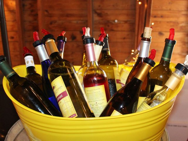 vignoble assortiment de bouteilles de vin pour les dégustations dans un bac jaune thousand islands winery alexandria bay new york états unis ulocal produits locaux achat local produits du terroir locavore touriste