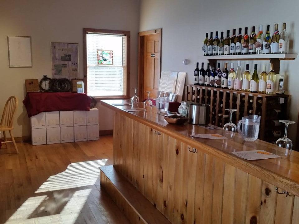 vignoble salle de dégustation chaleureuse avec bar fait de boiseries ventimiglia vineyard wantage new jersey états unis ulocal produits locaux achat local produits du terroir locavore touriste