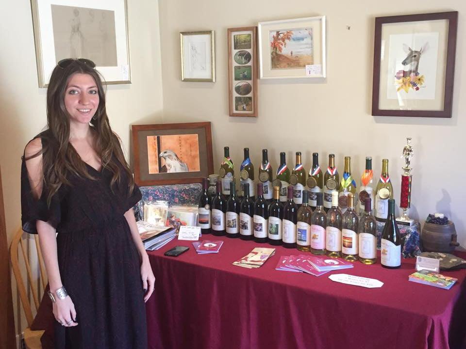 vignoble femme à une table nappe rouge avec tous les vins du vignoble ventimiglia vineyard wantage new jersey états unis ulocal produits locaux achat local produits du terroir locavore touriste
