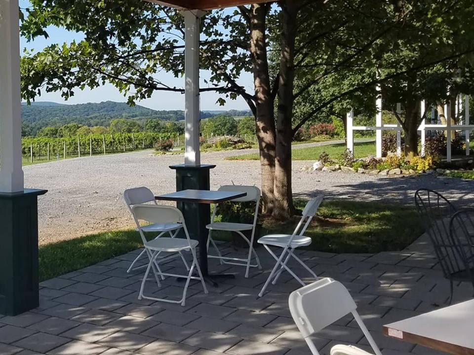 vignoble belle terrasse avec toit pour profiter d'un bon verre de vin avec vue sur les vignes villa milagro vineyards phillipsburg new jersey états unis ulocal produits locaux achat local produits du terroir locavore touriste