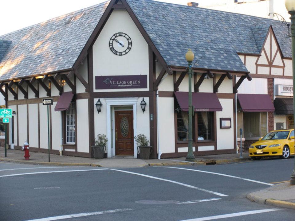 restaurant bâtiment historique extérieure du restaurant sur un coin de rue village green restaurant ridgewood new jersey united states ulocal produits locaux achat local produits du terroir locavore touriste