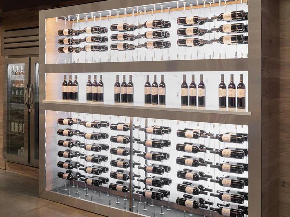 vignoble magnifique présentoir de bouteilles de vin sur le mur william heritage vineyards mullica hill new jersey états unis ulocal produits locaux achat local produits du terroir locavore touriste