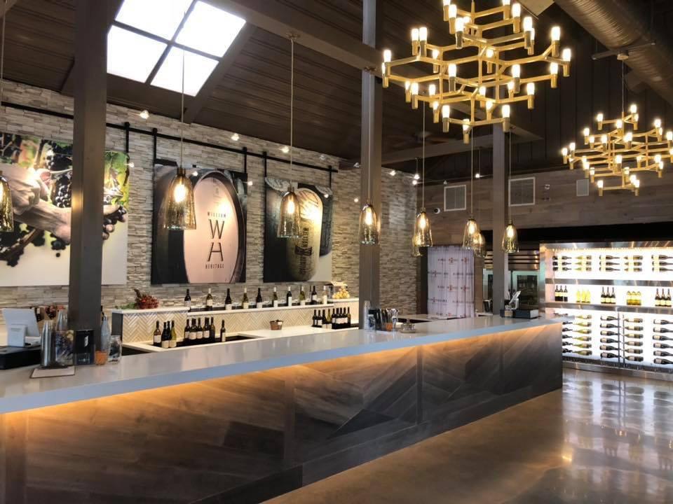 vignoble chaleureuse salle de dégustation avec un grand bar william heritage vineyards mullica hill new jersey états unis ulocal produits locaux achat local produits du terroir locavore touriste