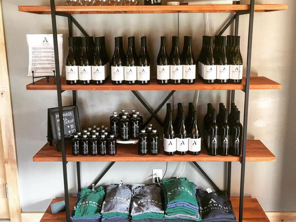 vignoble assortiment de bouteilles de vin et de sirop d'érable sur une étagère agronomy farm vineyard oakham massachusetts états unis ulocal produits locaux achat local produits du terroir locavore touriste