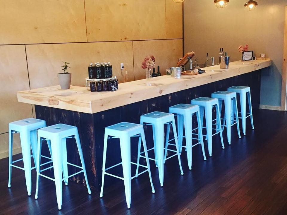 vignoble salle de dégustation avec un grand bar et bancs blancs agronomy farm vineyard oakham massachusetts états unis ulocal produits locaux achat local produits du terroir locavore touriste