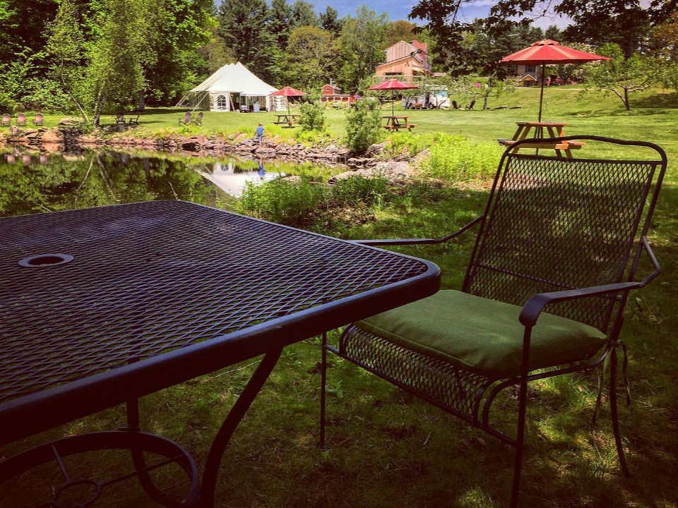 vignoble beautiful estate with rest area with chairs tables and umbrellas agronomy farm vineyard oakham massachusetts états unis ulocal produits locaux achat local produits du terroir locavore touriste