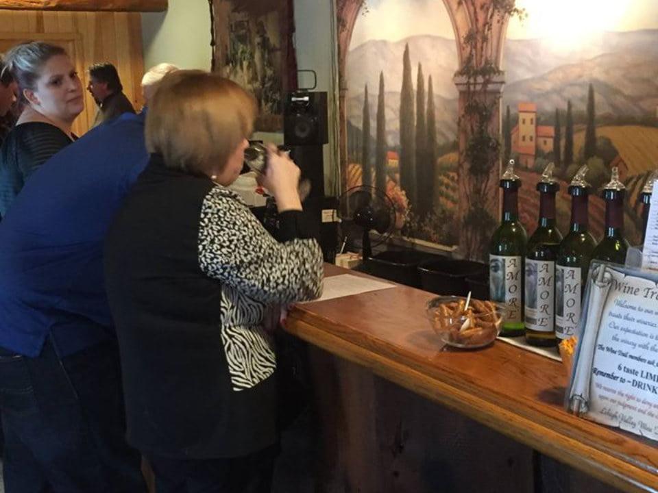 vignoble clients au bar de dégustation avec murale d'italie en face d'eux amore vineyards and winery nazareth pennsylvanie états unis ulocal produits locaux achat local produits du terroir locavore touriste