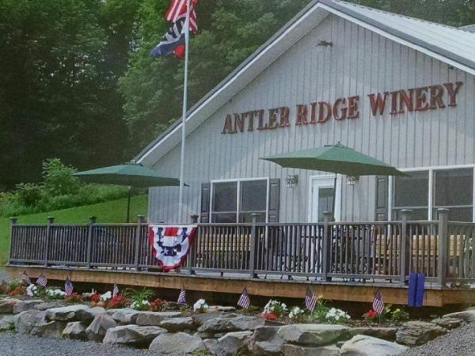 vignoble bâtisse extérieur avec terrasse devant antler ridge winery ulster pennsylvanie états unis ulocal produits locaux achat local produits du terroir locavore touriste