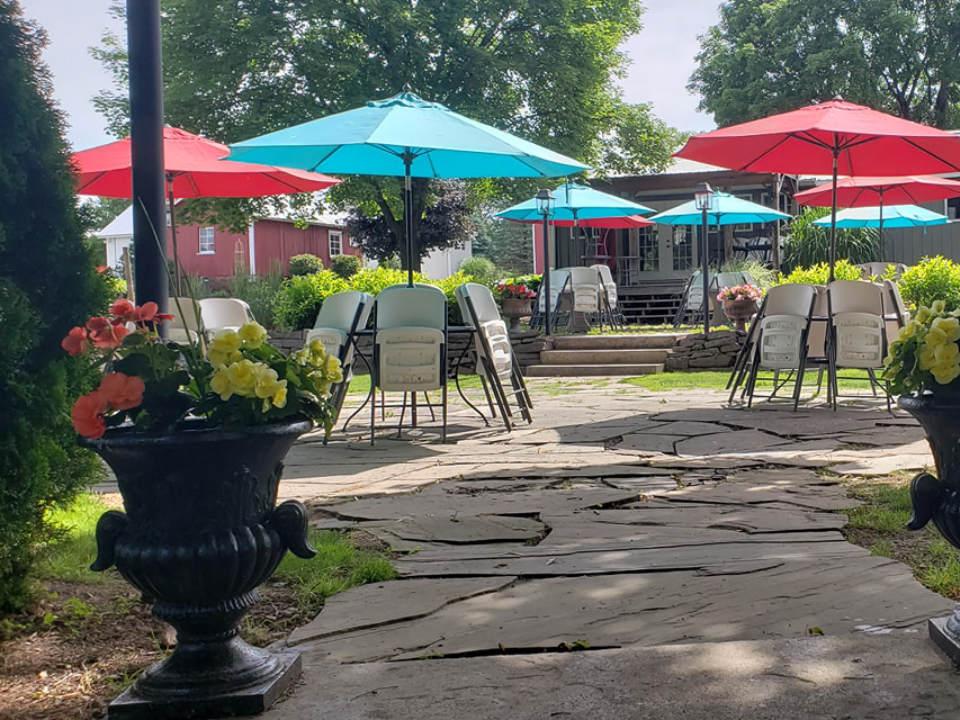 vignoble magnifique terrasse avec tables et parasols durant une belle journée d'été armstrong valley vineyard and winery halifax pennsylvanie états unis ulocal produits locaux achat local produits du terroir locavore touriste