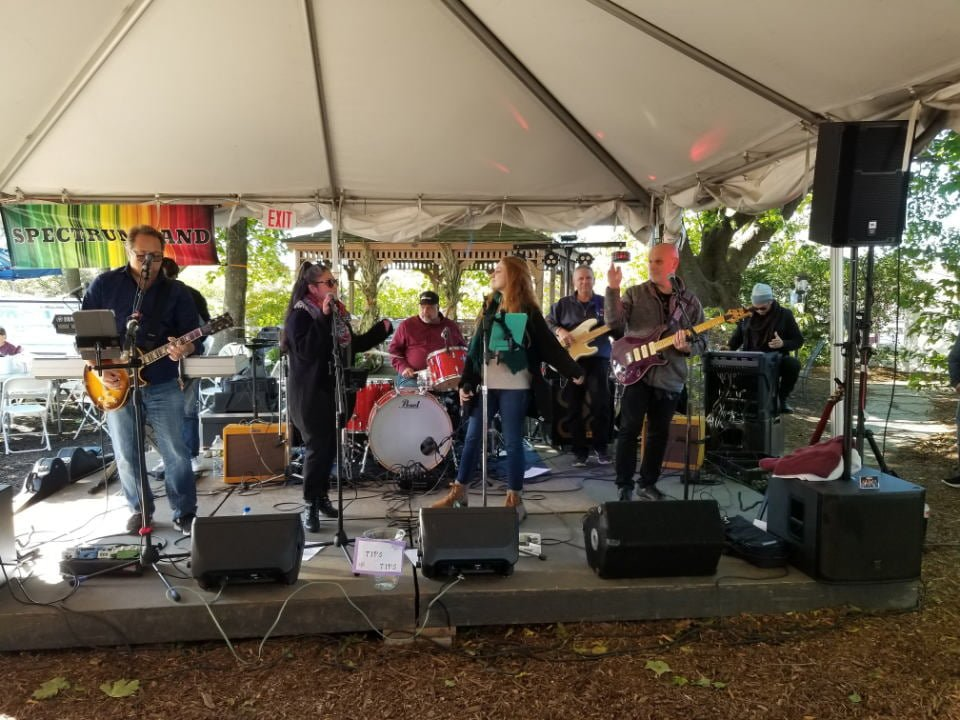 vineyards live band on the outdoor stage baiting hollow farm vineyard calverton new york united states ulocal local products local purchase local produce locavore tourist
