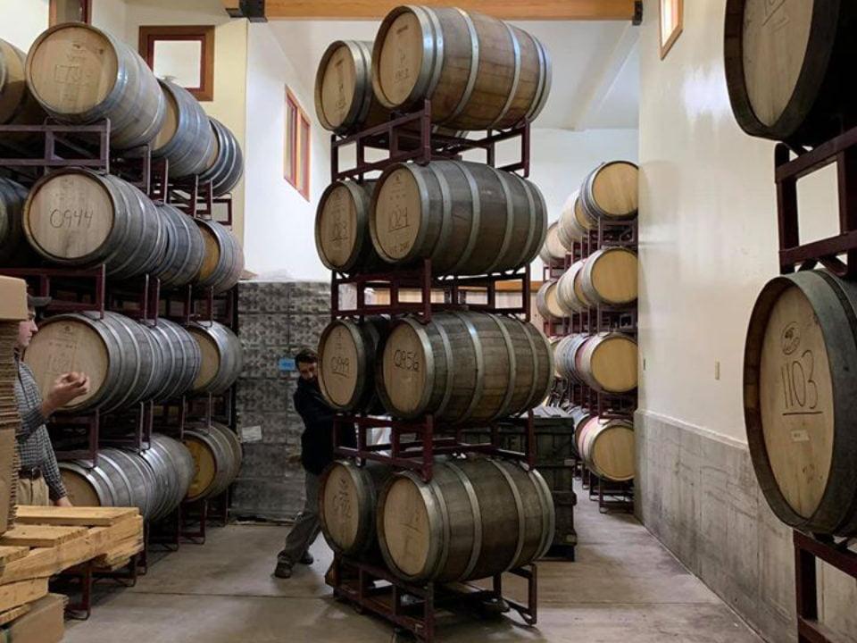 vignoble cave à vin avec des tonneaux de bois balderdash cellars richmond massachusetts états unis ulocal produits locaux achat local produits du terroir locavore touriste
