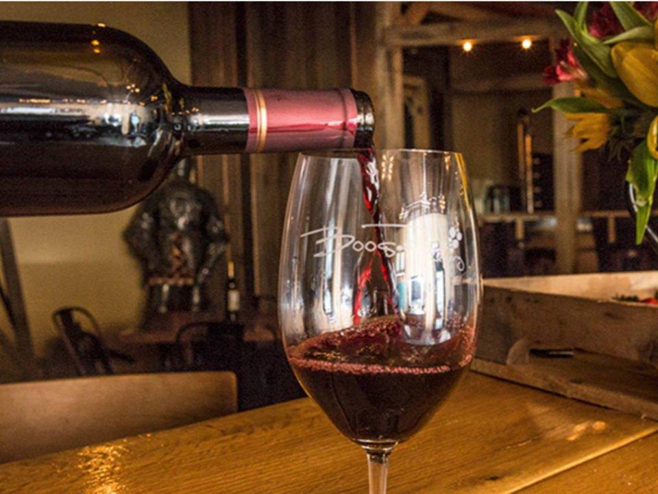 vignoble bouteille qui remplie un verre de vin rouge avec logo du vignoble boos rock winery breinigsville pennsylvanie états unis ulocal produits locaux achat local produits du terroir locavore touriste