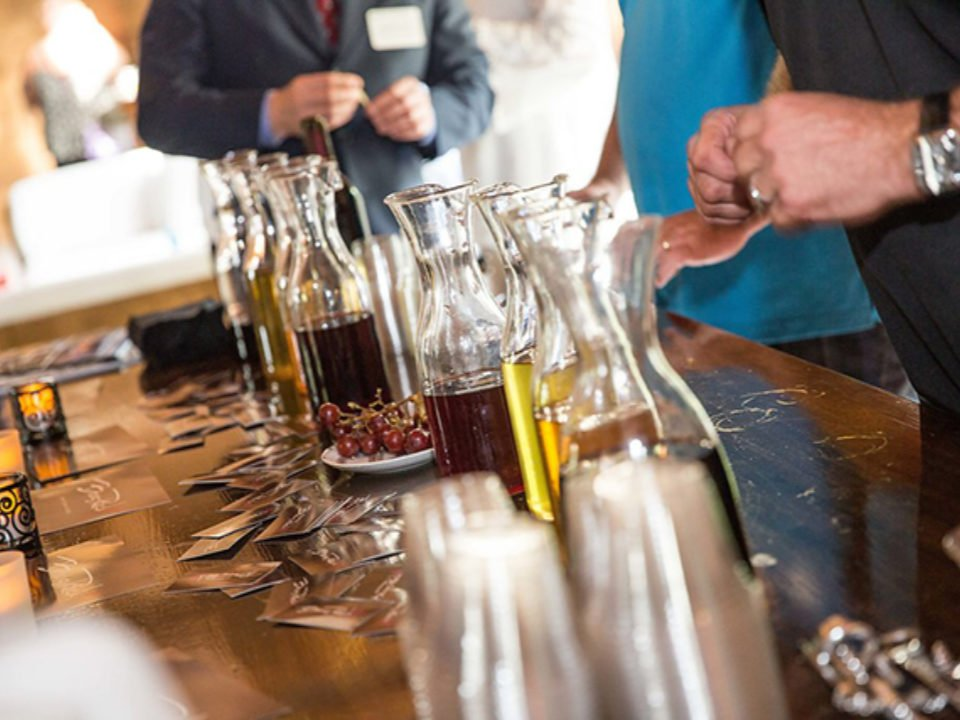 vignoble événement de dégustation avec vins et verres sur la table avec clients boos rock winery breinigsville pennsylvanie états unis ulocal produits locaux achat local produits du terroir locavore touriste