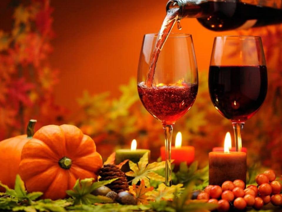 vignoble 2 verres de vin avec décoration d'automne orange et citrouille oquet valley vineyard essex new york états unis ulocal produits locaux achat local produits du terroir locavore touriste