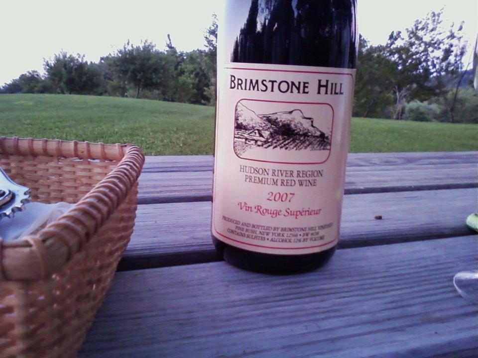 vignoble bouteille de vin sur une table de pique-nique dehors et panier brimstone hill vineyard pine bush new york états unis ulocal produits locaux achat local produits du terroir locavore touriste