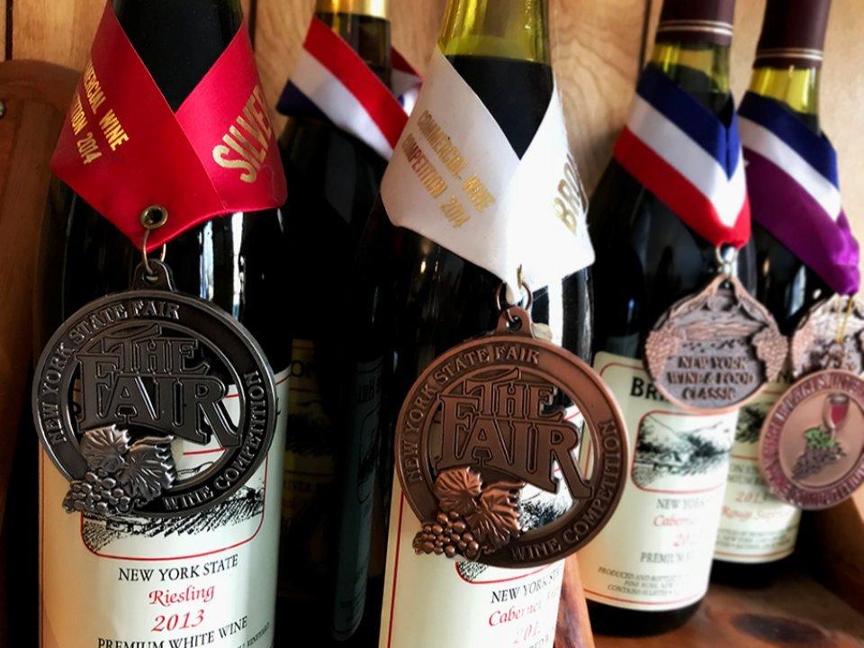 vignoble assortiment de bouteilles de vin primés sur une table brimstone hill vineyard pine bush new york états unis ulocal produits locaux achat local produits du terroir locavore touriste