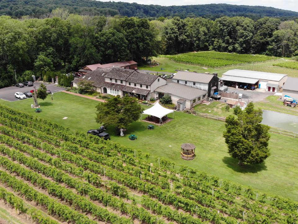 vignoble vue aérienne de l'immense domaine et des établissements viticoles et ses vignes buckingham valley vineyards buckingham pennsylvanie états unis ulocal produits locaux achat local produits du terroir locavore touriste