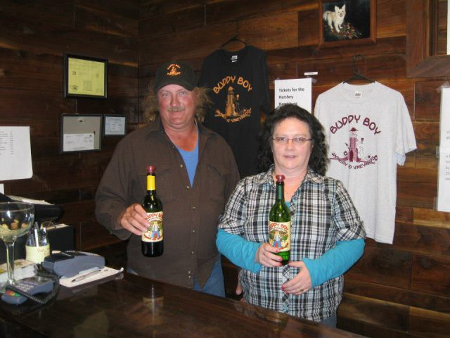 vignoble propriétaire et sa femme en arrière du comptoir avec une bouteille de vin dans leur main buddy boy winery and vineyard duncannon pennsylvanie états unis ulocal produits locaux achat local produits du terroir locavore touriste