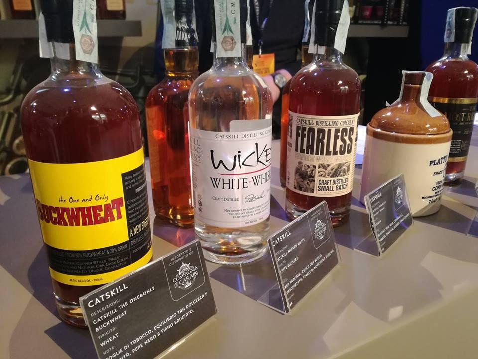 alcool assortiment de bouteilles de spiritueux sur le bar catskill distilling bethel new york états unis ulocal produits locaux achat local produits du terroir locavore touriste