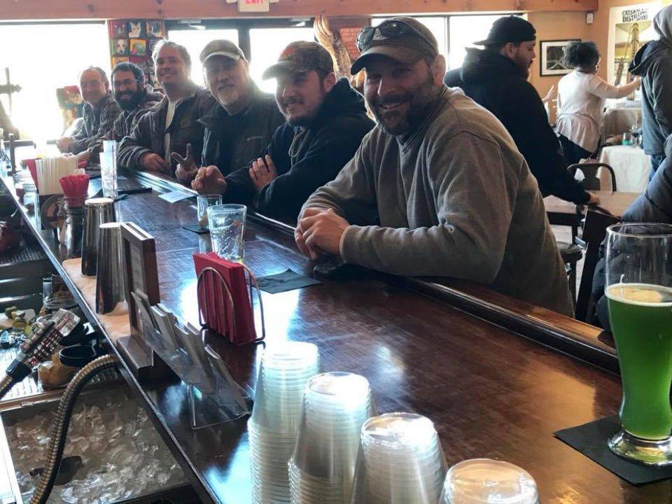 alcool clients heureux au bar de dégustation catskill distilling bethel new york états unis ulocal produits locaux achat local produits du terroir locavore touriste