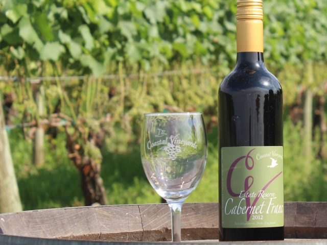 vignoble bouteille et verre de vin sur un tonneau dans le vignoble coastal vineyards south dartmouth massachusetts états unis ulocal produits locaux achat local produits du terroir locavore touriste