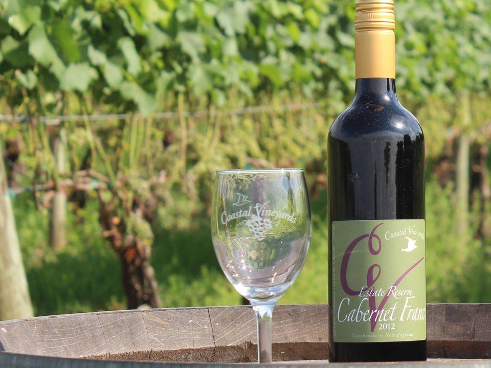 vignoble bouteille et verre de vin sur un tonneau dans le vignoble coastal vineyards south dartmouth massachusetts états unis ulocal produits locaux achat local produits du terroir locavore touriste