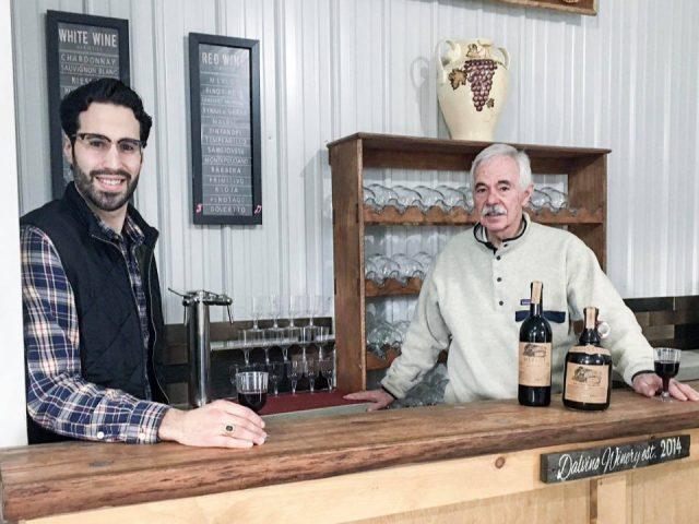 vignoble le vigneron et le propriétaire au bar de dégustation avec verre de vin rouge dans leur main et bouteille de vin sur le bar dalvino wine company sunbury pennsylvanie états unis ulocal produits locaux achat local produits du terroir locavore touriste