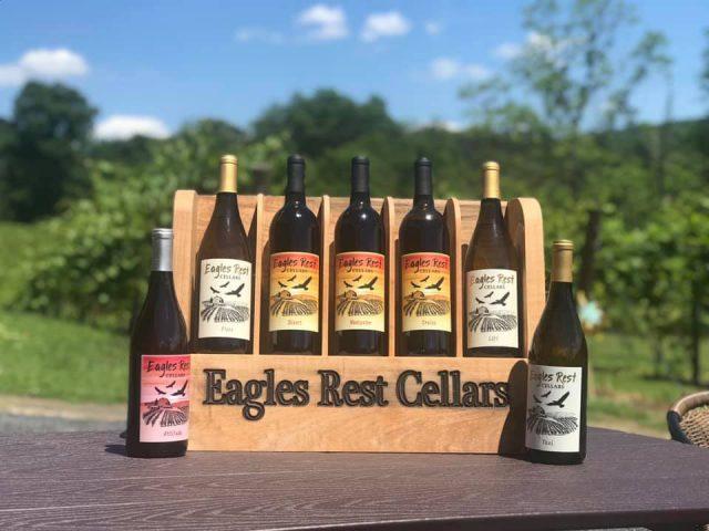 vignoble assortiment de bouteilles de vin du vignoble dans un case en bois sur une table de pique-nique dans les vignes eagles rest cellars stroudsburg pennsylvanie états unis ulocal produits locaux achat local produits du terroir locavore touriste
