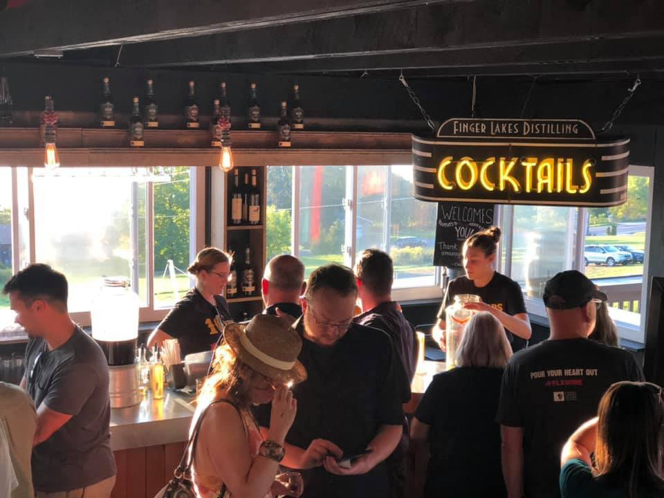 alcool salle de dégustation avec clients et employés finger lakes distilling burdett new york états unis ulocal produits locaux achat local produits du terroir locavore touriste