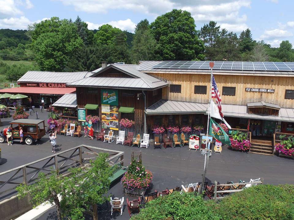 épicerie spécialisée bâtisse extérieur du magasin avec panneaux solaires sur le toit fly creek cider mill fly creek new york états unis ulocal produits locaux achat local produits du terroir locavore touriste