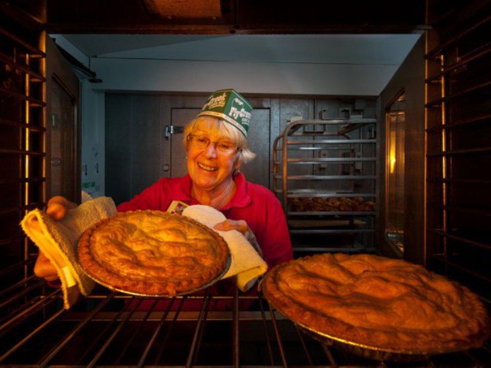 épicerie spécialisée femme qui sort des tartes du four fly creek cider mill fly creek new york états unis ulocal produits locaux achat local produits du terroir locavore touriste