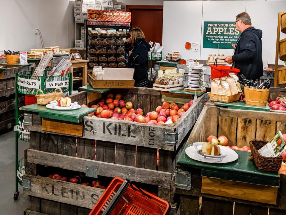 épicerie spécialisée intérieur de la boutique avec des produits fait maison et des pommes fly creek cider mill fly creek new york états unis ulocal produits locaux achat local produits du terroir locavore touriste