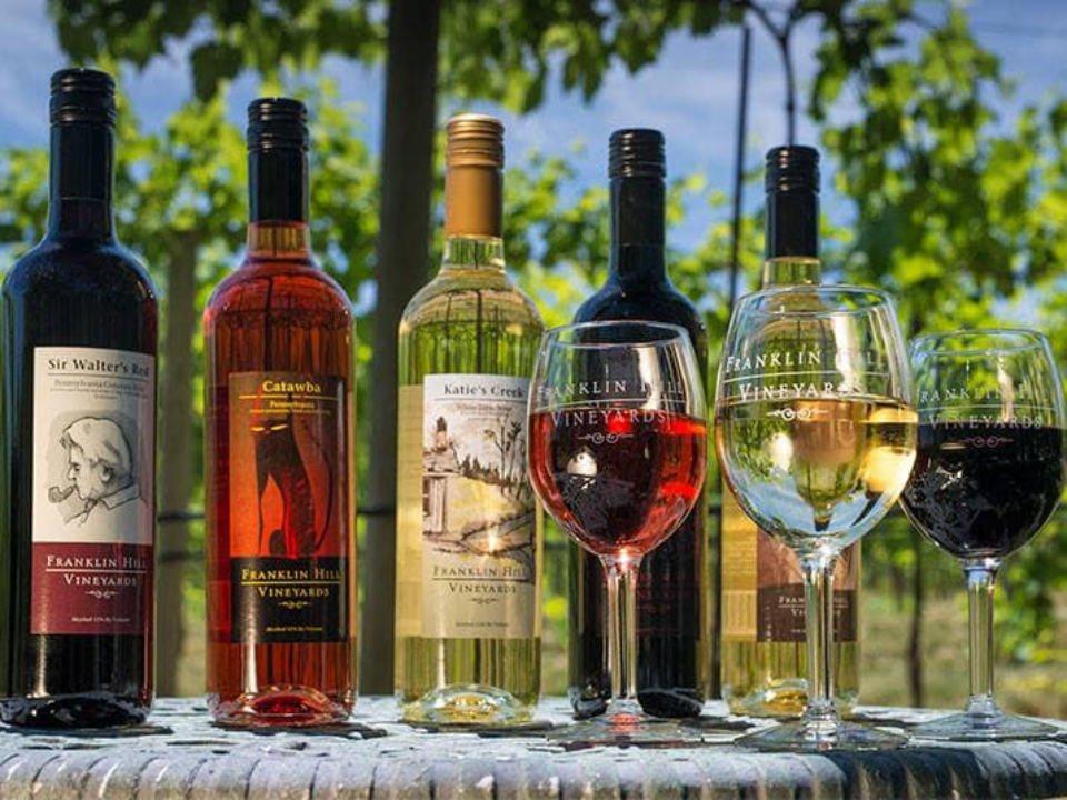 vignoble assortiment de bouteilles et verres de vin sur une table de la terrasse franklin hill vineyards bangor pennsylvanie états unis ulocal produits locaux achat local produits du terroir locavore touriste