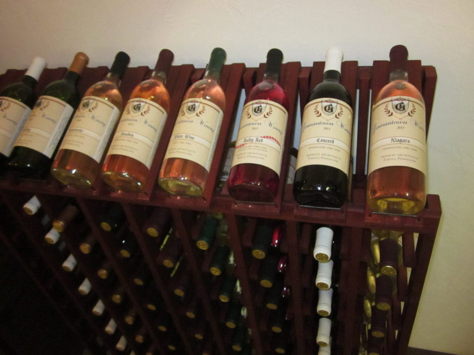 vignoble assortiment de bouteilles du vignoble sur un rack à vin en bois germantown winery portage pennsylvanie états unis ulocal produits locaux achat local produits du terroir locavore touriste