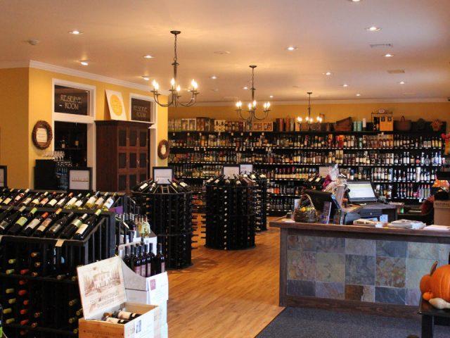 boutique intérieur de la boutique de vin avec plusieurs présentoirs au centre et au mur grapes and grains barrington rhode island états unis ulocal produits locaux achat local produits du terroir locavore touriste