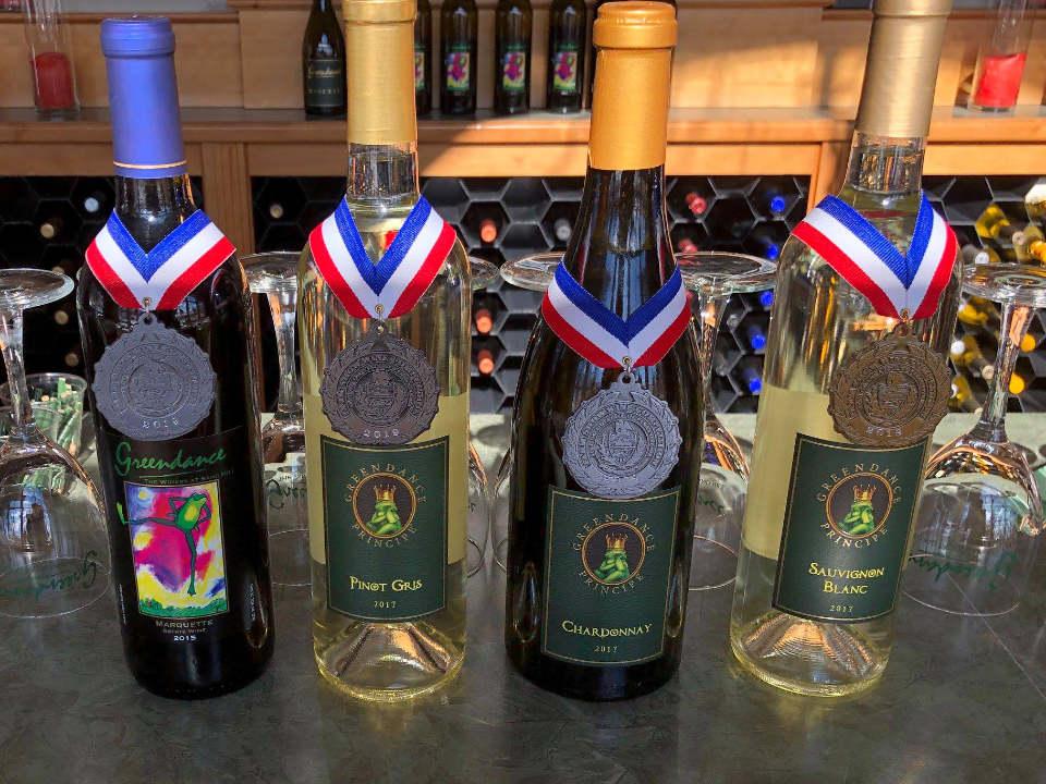 vignoble assortiment de bouteilles de vin primées du vignoble greendance the winery at sandhill mt pleasant pennsylvanie états unis ulocal produits locaux achat local produits du terroir locavore touriste