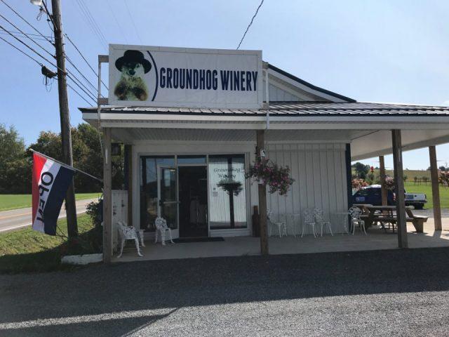 vignoble établissement viticole blanc avec aire pour s'assoir groundhog winery punxsutawney pennsylvanie états unis ulocal produits locaux achat local produits du terroir locavore touriste