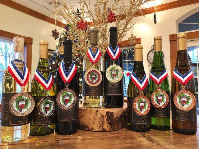 vignoble assortiment de bouteilles de vin primées du vignoble sur une table grovedale winery wyalusing pennsylvanie états unis ulocal produits locaux achat local produits du terroir locavore touriste