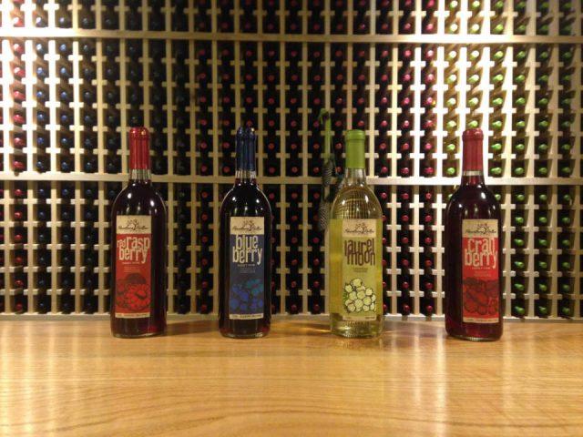 vignoble 4 bouteilles de vin du vignoble avec présentoir de vin au mur hawstone hollow winery lewistown pennsylvanie états unis ulocal produits locaux achat local produits du terroir locavore touriste