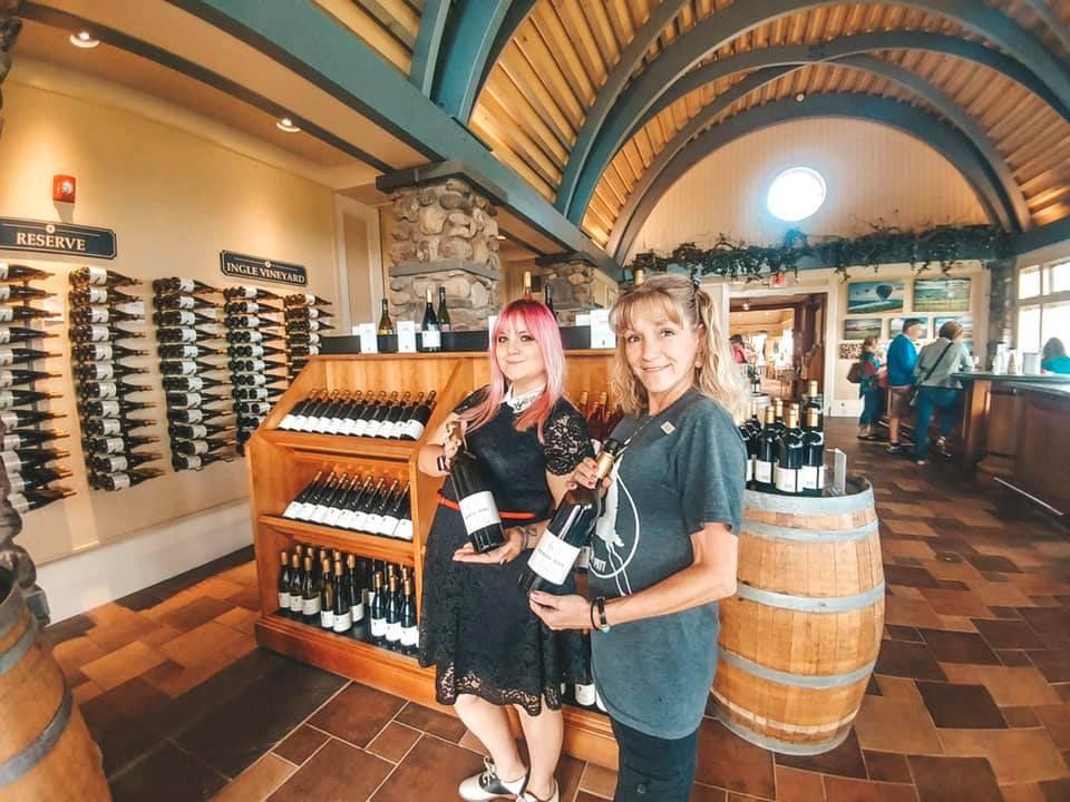 vignoble boutique au toit arrondi avec présentoirs de vin cliente et employée heron hill winery hammondsport new york états unis ulocal produits locaux achat local produits du terroir locavore touriste